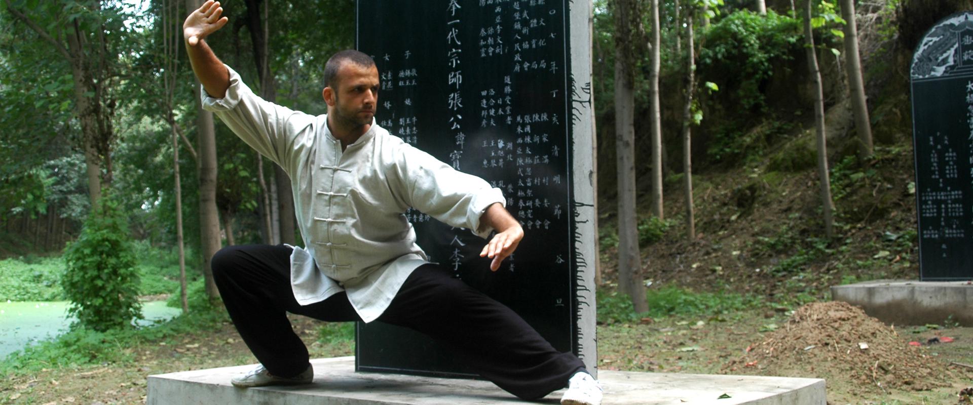 Trener Paweł Antonowicz w legendarnym parku Tai Chi we wiosce Chenjiagou